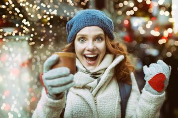 freudige Frau mit Glühwein Tee