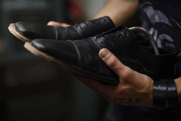 controllo di qualità su scarpe appena finite