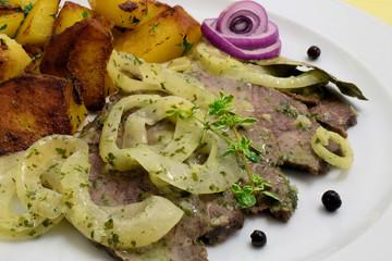 Mariniertes Rindfleisch mit Zwiebelvinaigrette und Bratkartoffeln