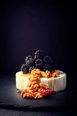 camembert mit brombeereen und honig und nüssen