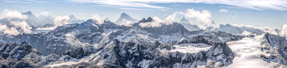 Foto auf Leinwand Gebirge large panorama sur une chaîne de montagne enneigées des Alpes suisses