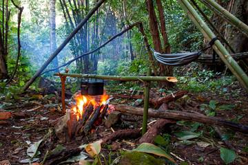 Kochen am Lagerfeuer im Dschungelcamp in mitten des Regenwaldes