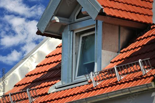 Ziegeldach Mit Modernisierter Dachgaube Und Schneefanggitter Stock