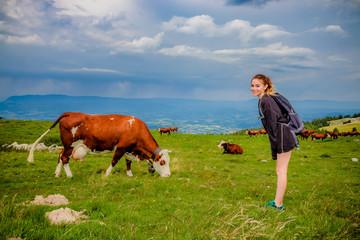 Fillette au milieu des vaches dans le Parc naturel régional du massif des Bauges