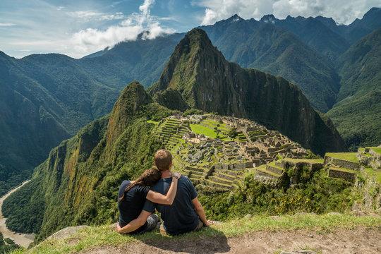 Paar geniesst Aussicht auf Machu Picchu
