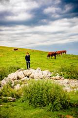 Femme au milieu des vaches dans le Parc naturel régional du massif des Bauges