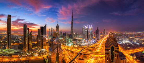 dramatischer Himmel über Dubai beim Sonnenuntergang