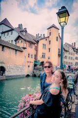 Femme et fillette en promenade dans le vieil Annecy