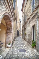 Vicolo stretto nelle Marche, Italia