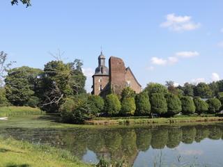 Niederrheinische Burgruine mit Motte und Mühlteich