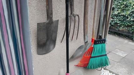 Gartengeräte sortiert an der Wand