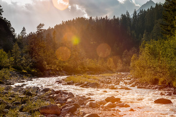 fließendes Wasser Fluss im Gegenlicht