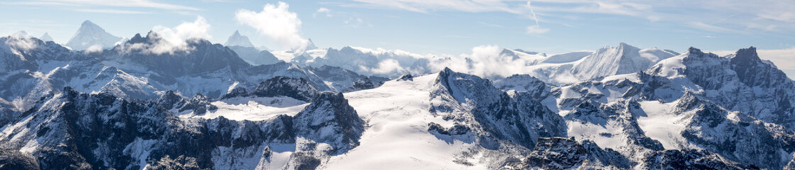 panorama sur les chaines de montagnes des Alpes avec un glacier au centre