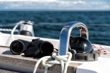 Kompass und Fernglas
