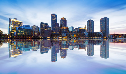 Photo sur Aluminium Batiment Urbain Boston Skyline from Downtown Harborwalk at Night