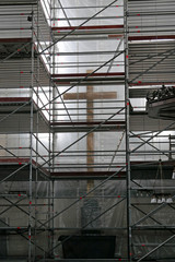 Eingerüstetes Kircheninneres mit Kreuz während Renovierungsarbeiten