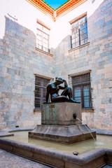 Statue dans la cour de l'Hôtel de Ville de Perpignan