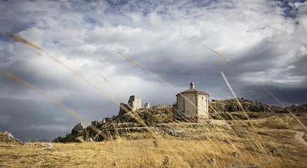 Paesaggio: Rocca Calascio e chiesa S. Maria della Pietà