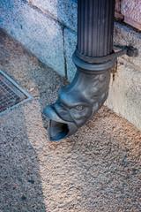 Chéneau en forme de tête dans les rues de Perpignan