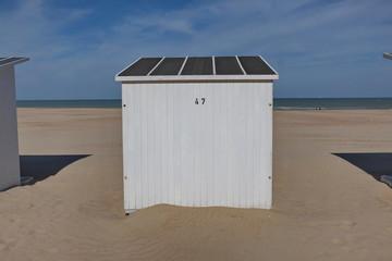 Cabines de plage sur le sable