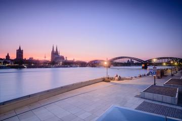 Abendstimmung in Köln am Rhein mit Blick auf den Dom und die Hohenzollernbrücke / Night View on Cologne at the Rhine River, Germany