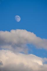 Mond am Abend mit Wolken und Himmel