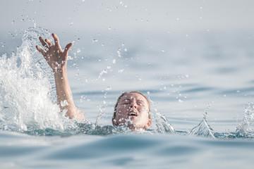 Woman drowns in the sea Fototapete