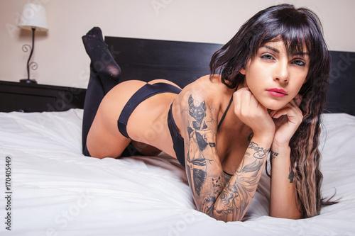 Bella donna sul letto ti osserva immagini e fotografie royalty free su file - Foto di donne sul letto ...