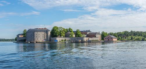 Vaxholms Fästning ligger på en egen liten ö i sundet mellan Vaxholm och Rindö