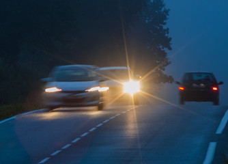 Auto mit falsch eingestellem Scheinwerfer setzt zum Überholen an - Car with incorrectly adjusted headlights sets to overtakeult