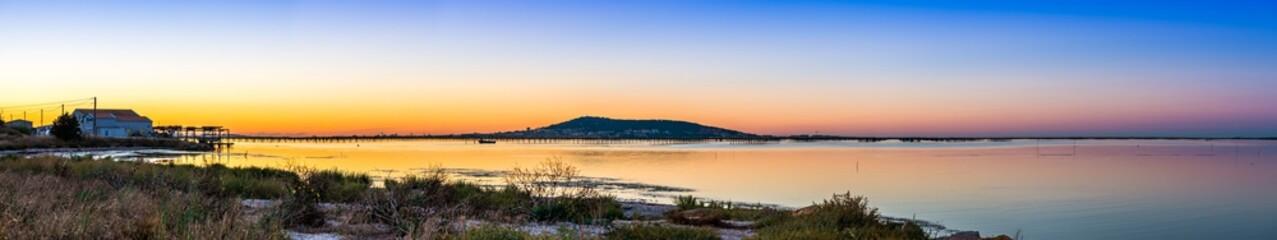 Panorama depuis Mèze sur l'étang de Thau et Sète dans l'Hérault en Occitanie, France