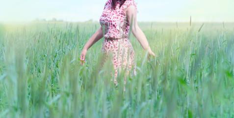 Frau im Feld mit Blümchengleid