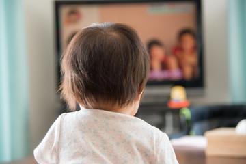 テレビを見る赤ちゃん