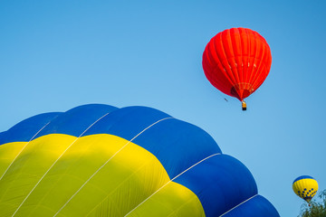 Foto op Aluminium Luchtsport Colorful hot air balloon on a blue sky background