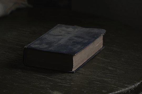 Alte Bibel auf Holztisch