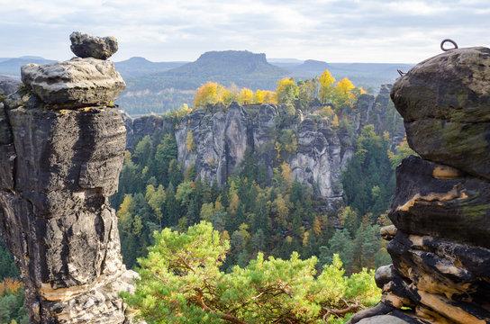 Deutschland, Sachsen, Sächsische Schweiz, Wanderum um die Bastei, Pavillonaussicht mit Pavillonwächter, Felsen zwischen Wäldern, im Hintergrund Burg Altrathen und Tafelberge (Lilienstein)