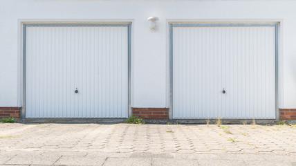 Doppelgarge mit weißen Toren