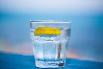 Wasserglas , blauer Hintergrund