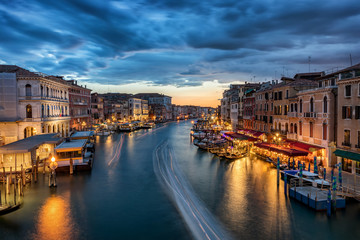 Der Canale Grande in Venedig nach Sonnenuntergang, Italien