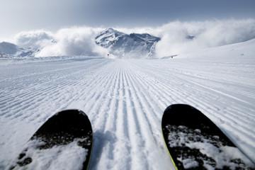Skipiste mit Skiern