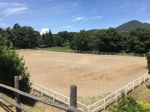 Grande campo di equitazione in sabbia