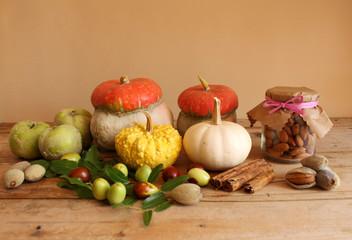 Zucche ornamentali,giuggiole ,mele cotogne,mandorle ed altri prodotti autunnali