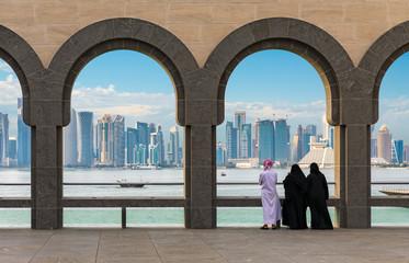 Qataris betrachten die Skyline von Doha, Katar