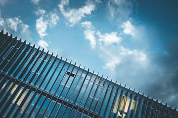 Konzerngebäude, Glas und Himmel mit Wolken