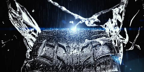 nasser Reifen im Regen mit spritzendem Wasser