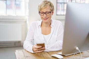 frau arbeitet mit handy und computer