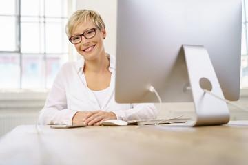 lächelnde unternehmerin am arbeitsplatz