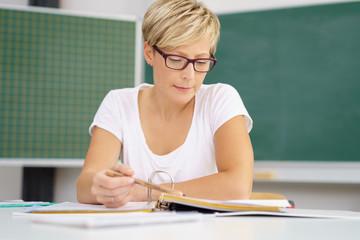 erwachsene frau lernt in einer akademie
