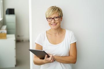 lächelnde, moderne geschäftsfrau mit tablet
