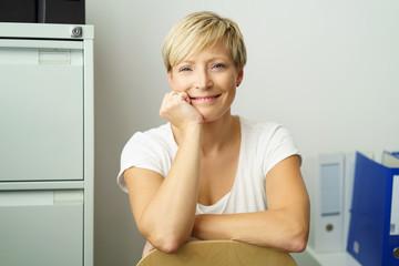 entspannte, moderne geschäftsfrau stützt den kopf auf